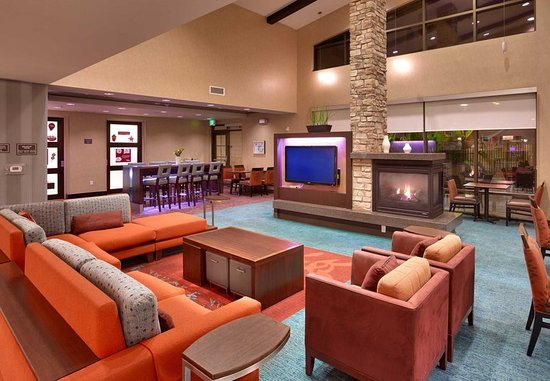 San Marcos, Kalifornien: Lobby and Communal Table