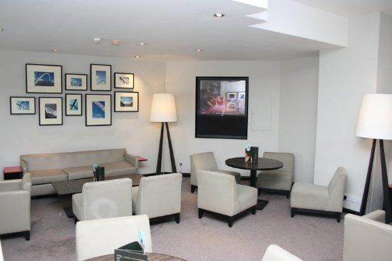 Holiday Inn London - Brent Cross: Bar and Lounge