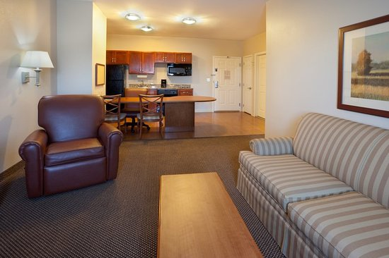 Candlewood Suites Temple: Living room & kitchen area in our 1 bedroom suite