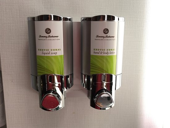 The Alise Chicago - A Staypineapple Hotel: Nice Room. The dispensers for shower gel, soap and lotion are a nice touch