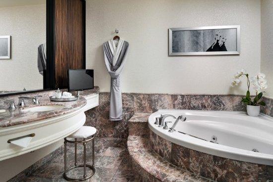 Loews Hotel Vogue: Guest bathroom7