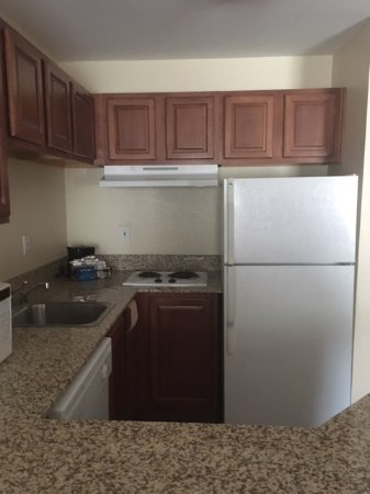 Hampton Inn Denver Tech Center South: Kitchenette: complete with pots, pans, dishes, etc and a dishwasher!
