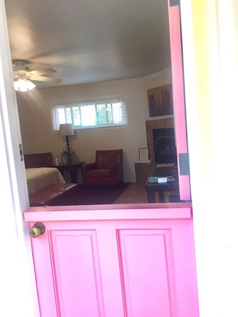 Beach House Inn & Apartments: Beautiful courtyard, bedroom with fireplace, fully stocked kitchen, large dressing area, nice ba