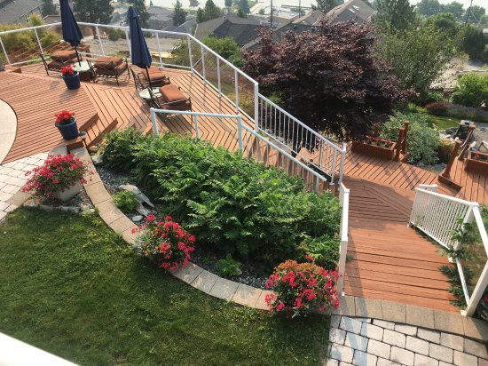 Okanagan Oasis B&B: Main tier with stairs down to hot tub and second tier.