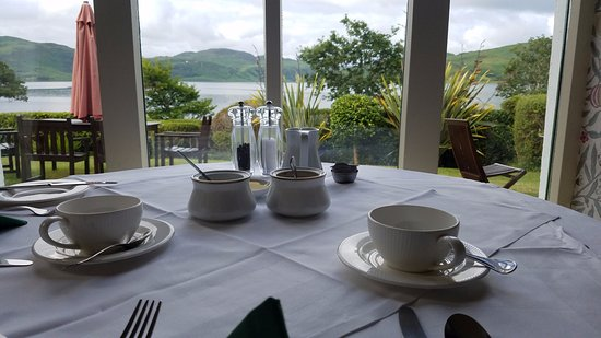 Caragh Lake, Ireland: The dining area has a wonderful view