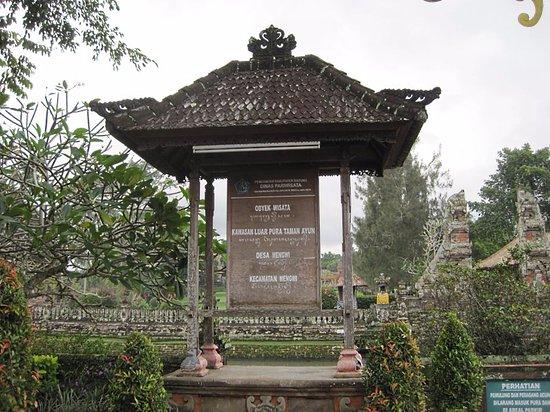 Mengwi, Indonesia: エントランス前の看板