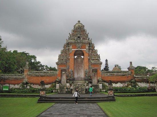 เมือง Mengwi, อินโดนีเซีย: 最初にこれが見えてきます。