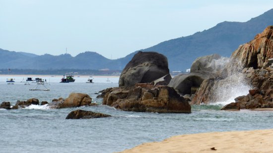 Quy Nhon, Vietnam: The end of the beach about a 20 minute walk from Bai Xep