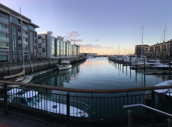 Sofitel Auckland Viaduct Harbour: Marina view rooms are the ones on the left in the first building