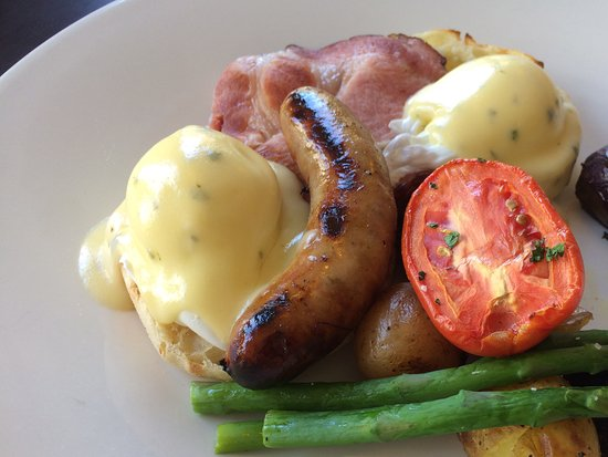 Teahouse in Stanley Park: Kassel pork and apple sausage benedict