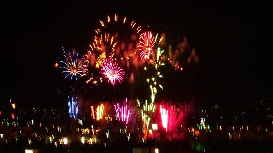 Fuefuki, Giappone: 毎年8月21日に行われる石和温泉花火大会。打ち上げ場所から観覧席までの距離が近く、体の芯まで響く音は大迫力!