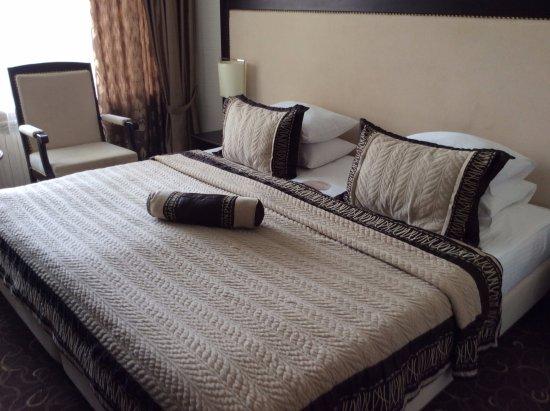Khreschatyk Hotel: King size bed