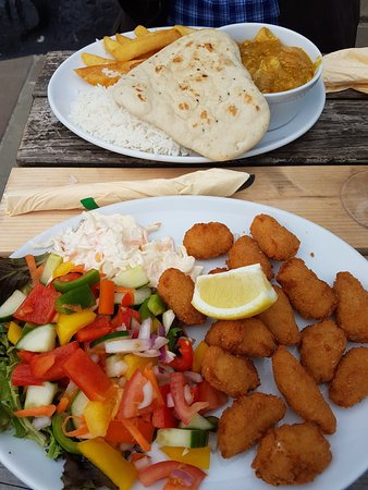 Leyburn, UK: Korma curry with bread and half and half/Scampi with salad