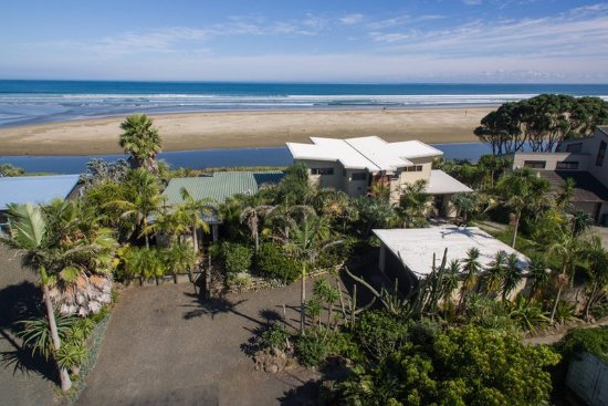 Ahipara, Nueva Zelanda: The GEMS Seaside Lodge with 90 Mile Beach behind