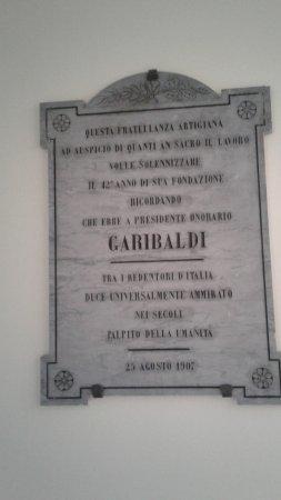 Rocca San Casciano, Italia: Questa bella lapide si trova nell'Hotel Pasqui e conferma la devozione della Romagna per Garibal
