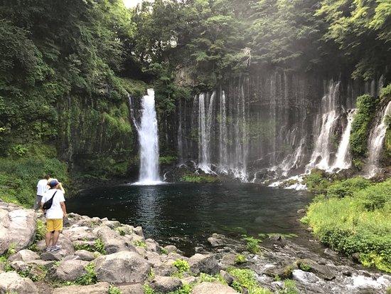 Shiraito Falls : walk closer to the falls to enjoy the relaxing breeze