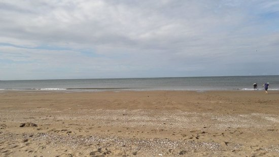 Rhos-on-Sea, UK: Lovely sandy beach close by, perfect for the children.