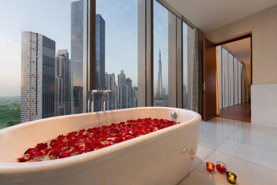 The Oberoi, Dubai : Presidential Suite Bathroom with the view of Burj Khalifa