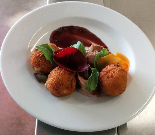 Lahonce, Francia: Filet mignon sauce fruits rouges croquettes de pommes de terre