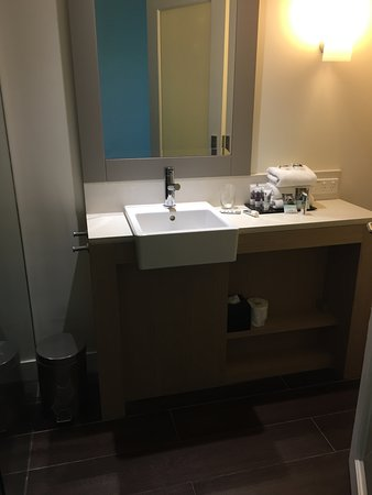 Portsea, Australia: Bathroom, neat, tidy and clean. Walk in shower