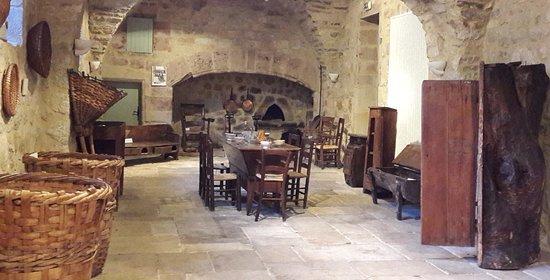Musee de la Chataigneraie: Une des salles du Musée (Bâtiment du 17ème siècle)