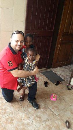 Costa d'Avorio: Con dos niñas preciosas en Abiyan Costa De Marfil.Un lugar precioso para viajar y visitar
