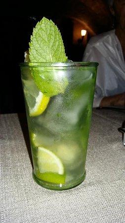 Mojito Royal. 6 cl rhum, citron vert, menthe, champagne, sucre de canne.