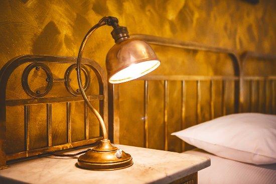 Hotel Golden Deer: pokoje jsou vybaveny starožitný nábytkem / rooms are equipped with antique furniture