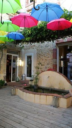 Mirande, Prancis: la terrasse où les tables sont mises