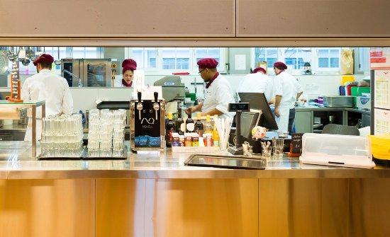 Ansicht in die offene Küche - Bild von Restaurant Phonix, Lenzburg ...
