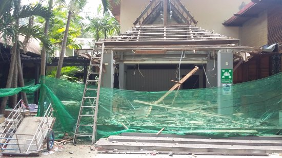 Railay Bay Resort & Spa: Dangerous works are being done in the lobby on the way to the beach
