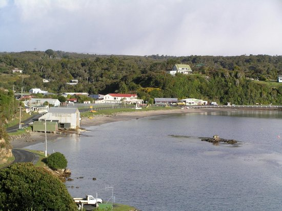 Stewart Island, Neuseeland: Hotel in centre of picture with red roof.