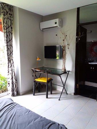 Chambre climatisée et cosy avec un lit de 2 places, un bureau , une ...
