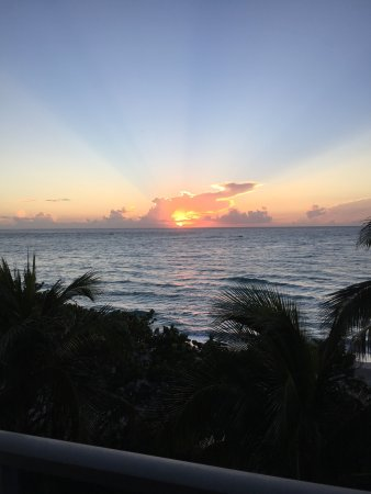 Jupiter Beach Resort & Spa: Sunset view from the balcony