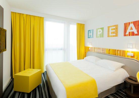 Ibis Styles Paris Porte d'Orléans : 1 lit double de 160cm de large avec des oreillers en microfibre, une couette douillette, un surm