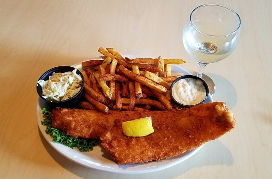 Newbury, Нью-Гэмпшир: Fish 'n Chips! And a glass of Sauv Blanc (Whitehaven - NZ)