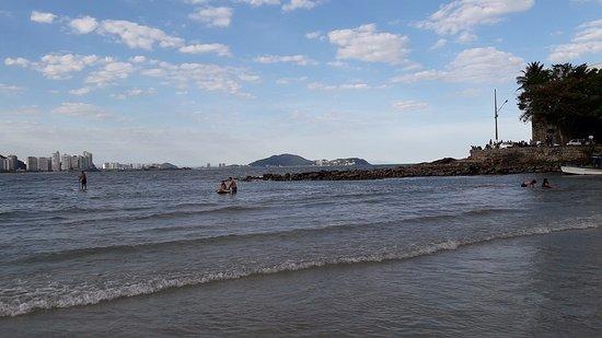 Praia das Astúrias: águas limpas