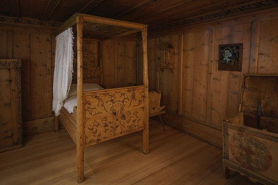Engadine Museum: The bedroom with an elegant four-poster bed from the 18th century