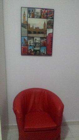 Qualiano, Italia: La poltrona rossa e il quadro su Londra.
