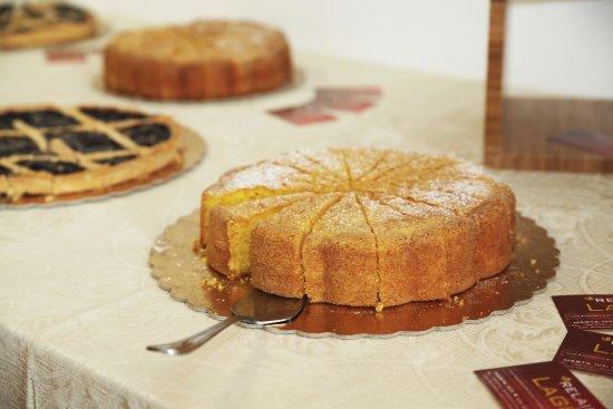 Marta, Italy: Sala colazione a buffet con prodotti a km0 torte artigianali