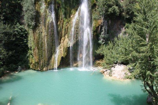 """Sillans-la-Cascade, France: La cascade et l'eau """"turquoise"""""""