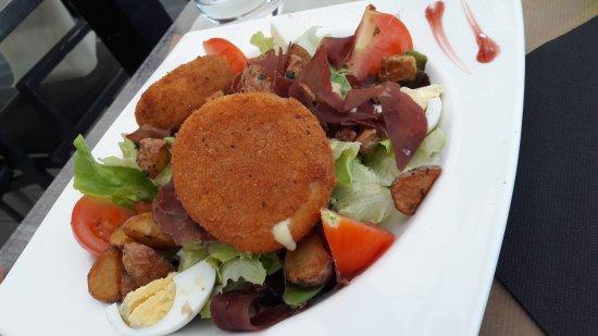 Viviers-du-Lac, France: salade savoyarde au reblochon