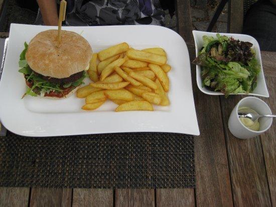 Bruggen, Alemanha: Haus Strötges Burger mit Pommes und Beilagensalat (12,90 Euro)