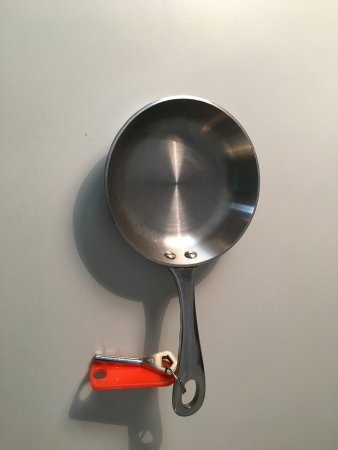 Dedham, UK: A frying pan keyring!!
