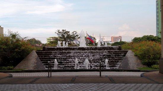 Radisson Blu Cebu: fountain at entrance