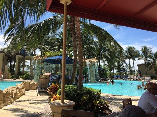 Singer Island, FL: Tables along the lagoon pool