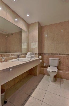 Brook Lodge Hotel: Bath room