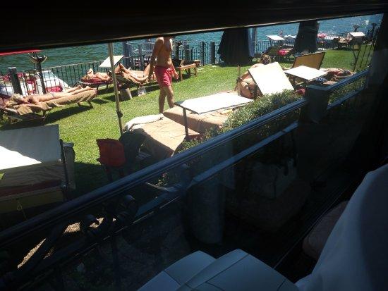 Swiss Diamond Hotel Lugano: I lettini bordo lago, sono appiccicati uno all'altro.