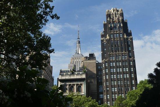 The Bryant Park Hotel: L'hôtel avec en arrière-plan l'Empire State Building