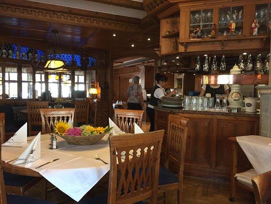 Gaienhofen, เยอรมนี: Gemütliche Wirtsstube des Restaurant Hirschen in Horn